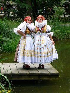 Hanácký kroj z Vyškova, foto Jiří Janda (Southern Moravia, Czech Republic) Folklore, European Costumes, Costumes Around The World, Prague Czech Republic, Beautiful Costumes, Folk Costume, Historical Costume, Gothic Beauty, World Cultures