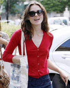 Keira Knightley ditched the make-up as she met a pal for a coffee after throwing on a casual cardigan in west London on Tuesday. Keira Knightley Hair, Keira Christina Knightley, Kira Knightly, Elizabeth Swann, Pride And Prejudice Elizabeth, Red Cardigan Sweater, West London, Celebs, Celebrities