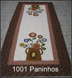 Lindo caminho de mesa.Todo quiltado, com aplicação e bordados a mão.Cores podem variar conforme seu gosto. R$ 118,00