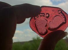 Mini babyvoetjes reliëf in glas super lief als kraamcadeautje bijvoorbeeld.
