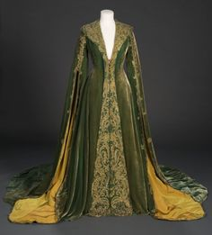 """fashionsfromhistory: """" Dressing Gown worn by Vivien Leigh as Scarlett O'Hara in Gone With the Wind Walter Plunkett 1939 Harry Ransom Center """" Pretty Outfits, Pretty Dresses, Cool Outfits, Fashion Outfits, Vintage Outfits, Vintage Fashion, 1930s Fashion, Green Velvet Dress, Fairytale Fashion"""