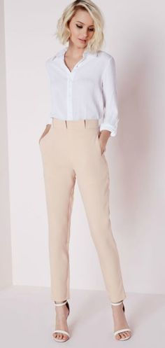 Cigarette pants are running into fashion industry not long ago and they have bee popular in the short time period with tremendous amount of appreciation. Business Dress, Business Casual Outfits, Office Outfits, Chic Outfits, Spring Outfits, Office Attire, Office Wear, Cigarette Trousers Outfit, Pantalon Cigarette