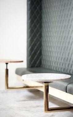 banco corrido gris respaldo tapizado acolchado de rombos