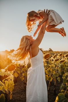 Mom Daughter Photography, Teenager Photography, Mother Daughter Pictures, Sunflower Field Pictures, Sunflower Field Photography, Mommy And Me Photo Shoot, Summer Family Photos, Family Picture Poses, Photo Portrait