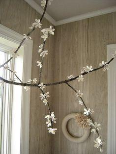 Papierblüten am Ast