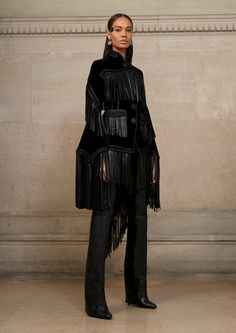 See all the Collection photos from Givenchy by Riccardo Tisci Spring/Summer 2017 Couture now on British Vogue High End Fashion, Live Fashion, Fashion 2017, Star Fashion, Runway Fashion, Fashion Show, Fashion Design, Gold Fashion, Fashion Weeks