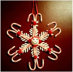 Candy cane snowflake wreath (36 pieces) Christmas Candy Crafts, Candy Cane Crafts, Candy Cane Wreath, Christmas Items, Christmas Goodies, Christmas Projects, Kids Christmas, Holiday Crafts, Christmas Wreaths