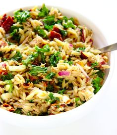 Zdrowa włoska sałatka z tuńczykiem, makaronem orzo i suszonymi pomidorami. Fit przekąska do pracy. Orzo, Fried Rice, Salad Recipes, Yummy Food, Yummy Recipes, Fries, Grilling, Food And Drink, Vegetarian