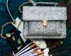 Блестящая сумка и кисти - рог единорога.   Всем привет! Пока на сайте gamiss идет распродажа (http://ift.tt/2uFm4V5) я хочу показать вам мои новинки аксессуаров на лето=)  Моя первая покупка - блестящая сумка через плечо (http://ift.tt/2uF4HEb?lkid=52409) могу сказать сразу и с уверенностью это одна из самых красивых моих сумок!  Она абсолютно нереально сияет на солнце и украсит любое фото проверено неоднократно!  Сумка отличного качества несмотря на то что блестки наклеены сверху - они не…