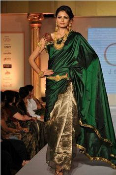 Ooooh bottle green - very traditional Silk Saree Ethnic Sarees, Indian Sarees, Silk Sarees, Banarsi Saree, Kanchipuram Saree, Saree Blouse Patterns, Sari Blouse Designs, Indian Attire, Indian Wear
