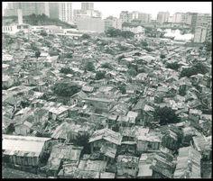 """Hoje considerado o bairro mais nobre da Zona Sul, pouca gente imagina que no Leblon, onde atualmente está localizada a """"Selva de Pedra"""" já houve uma favela, a """"Praia do Pinto"""". Essa favela acabou com um baita incêndio. Os antigos moradores contam que quando os bombeiros chegaram para apagar o fogo, eles jogavam uma """"água"""" que fazia o fogo aumentar ainda mais... Foi nessa época que começou a valorização imobiliária dos imóveis no Leblon."""