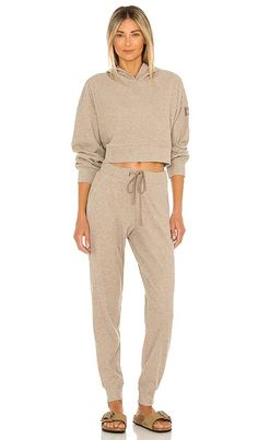 Muse Jogger alo BEST SELLER Short Outfits, Chic Outfits, Summer Outfits, Fashion Outfits, Sweatpants Outfit, Sweaters And Jeans, Casual Street Style, Revolve Clothing, Designing Women