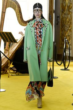 See all the Collection photos from Gucci Spring/Summer 2018 Resort now on British Vogue Catwalk Fashion, Gucci Fashion, Fashion 2018, Fashion Week, Spring Fashion, High Fashion, Fashion Looks, Fashion Trends, Mens Fashion