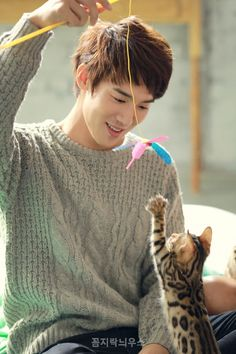 20 Adorable K-drama actors playing with kitties  Yoo Yun Suk