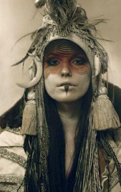 Sciamana bianca tribalizzata