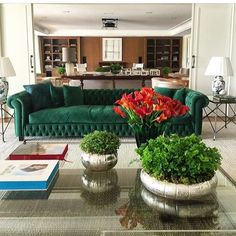 Saindo do tradicional, o verde do sofá ficou lindo. #amei #sofa #sala #design #decor