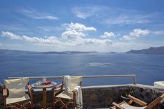 """Die 40 Quadratmeter große """"Mittelmeer Santorini Moon Villa"""" mit Blick auf die Ägäis und den Vulkanen hat sehr große Fenster und Balkon Türen. Die private Veranda ist voll ausgestattet für den höchsten Comfort. Die Villa bietet ein Queen size Bett, einen Jacuzzi im Innenbereich, einen Flat Screen TV, W Lan, ein wunderschönes Badezimmer und eine voll ausgestattete Küche. Sie bietet Platz für 2 Personen. #Ferien #Sommer #Villa #Urlaub #Reisen #Santorini"""