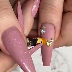 Swarovski Stones 💎💎 - a girl's best friend - - Swarovski Nails, Rhinestone Nails, Bling Nails, Gold Nails, Swarovski Stones, Disney Acrylic Nails, Acrylic Nail Tips, Acrylic Nail Designs, Nail Art Designs Videos