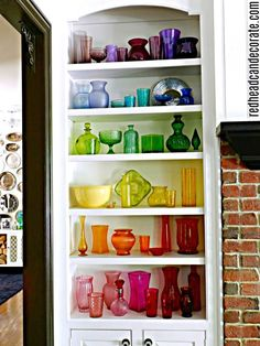 Vintage Decor Diy Here's an amazing DIY Thrift Store Rainbow Ombre Glass Display made with mostly thrift store colored glass! - Here's an amazing DIY Thrift Store Rainbow Ombre Glass Display made with mostly thrift store colored glass! Perfumes Vintage, Vintage Glassware, Antique Bottles, Antique Glass, Thrift Store Crafts, Thrift Stores, Thrift Store Decorating, Cottage Decorating, Displaying Collections