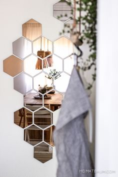 Stylish German Blogger Home · Happy Interior Blog Heimatbaum, home tour, German interior blogger, interior design, blogger home, interior styling, natural styling. Great honeycomb mirrors! www.apidaecandles.de
