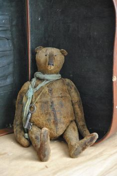 Antique bear Old Teddy Bears, Antique Teddy Bears, Primitive Folk Art, Primitive Crafts, Vintage Vignettes, Bear Doll, Antique Toys, Old Toys, Cleaning Toys