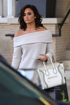 Who made Demi Lovato's white off the shoulder ribbed sweater, tan suede ankle boots, jeans, and tote handbag? Pelo Demi Lovato, Demi Lovato Style, Demi Lovato Hair, Demi Lovato Clothes, Demi Lovato Makeup, New Mexico, Looks Style, My Style, Selena