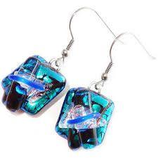 Afbeelding van https://www.glashangers.nl/media/catalog/product/cache/1/image/17f82f742ffe127f42dca9de82fb58b1/b/l/blauwe-glazen-oorbellen-blauw-dichroide-glas-zh339-blue-staples.jpg.