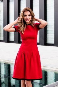 Stretch Kleid mit verspielten Falten  Durch die aussergewöhnliche Faltenlegung ist dieses Kleid ein Hingucker. Das anliegende Oberteil formt eine tolle Figur, der weite Rock umspielt die Hüften kaschierend. Die in schwarz eingelegten Kantenabschlüsse geben dem Kleid zusätzlich Kontur, so dass es nicht zu verspielt wirkt.  Das Kleid fällt normal aus. Wählen Sie Ihre gewohnte Größe. Das Kleid ist auch in Creme erhältlich.