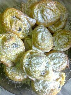Zobrazit detail - Recept - Šneci z kynutého těsta s pudinkem a povidlím Pretzel Bites, Doughnut, Bread, Desserts, Food, Tailgate Desserts, Deserts, Brot, Essen