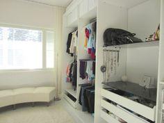 up, CLOSET & personal - vaatehuoneesta | Taloja ja Toiveita - vaatehuoneessa penkki ikkunan alla