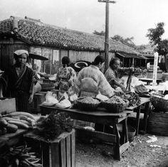 昭和11年頃、石垣町の野菜市場。現在の公設市場の場所。河村只雄氏・撮影