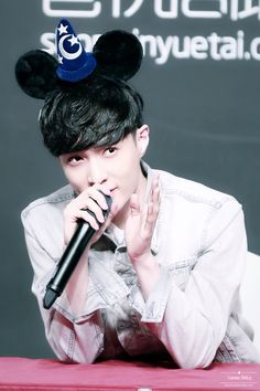 Lay - 161125 'Lose Control' Shanghai fansign Credit: Twinkle-Strike.