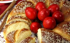 Homemade Tsoureki Recipe for Pascha - Greek City Times Tsoureki Recipe, Greek Easter Bread, My Favorite Food, Favorite Recipes, Greek Recipes, Sweet Bread, Easter Eggs, Delish, Cooking Recipes