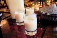 En Venezuela acostumbramos a preparar el tradicional ponche crema en casa durante la Navidad, y lo preparamos usualmente con flan de vainilla, entre otros ingredientes. Pero en esta época sabemos que es realmente difícil conseguirlo, por lo que te traemos dos recetas distintas para preparar esta rica bebida sin dicho ingrediente.</p>