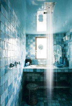 Bleu aquatique pour la salle de bains étonnante de ce loft
