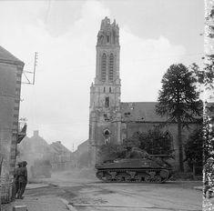 Une colonne de blindés britanniques traverse le village de Caumont-l'Eventé.