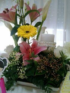 Centro de mesa con flores naturales para comunión.