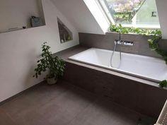 Badewanne unter Dachschräge. Tolle Fliesen dazu!