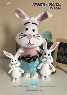 Apostila Coelhos da Páscoa no Elo7 | Ateliê Ticia Reis (11D1417) Snowman, Christmas Ornaments, Disney Characters, Holiday Decor, Easter Bunny, Felt Puppets, Rabbits, Collages, Puppies