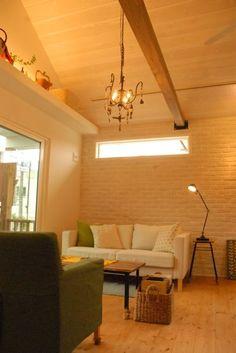 真っ白いレンガの壁に板張りの勾配天井。可愛いとカッコいいのバランスがいいカリフォルニア風な平屋のおうち