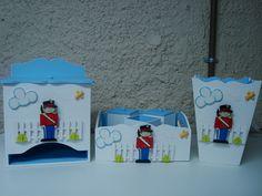 Kit composto de: <br> <br>Kit higiene com 3 potes, porta fraldas e lixeira. <br> <br>Todas as peças e soldadinhos são em MDF com detalhes em biscuit.