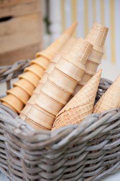 En tu fiesta de helado, ofrece varios tipos de cucurucho / Offer different types of cone at your icecream party