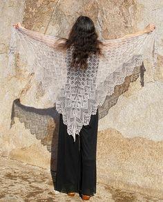 Superbe modèle d'Elizabeth Freeman, déjà auteur du Laminaria, Aeolian shawl associe la grâce des points dentelle estoniens à l'élégance des...