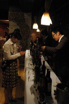 第1回 エズのワイン祭 たくさん並ぶワインに迷います