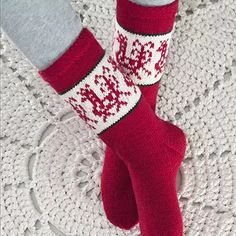 Mittens, Christmas Stockings, Diy And Crafts, Socks, Knitting, Holiday Decor, Home Decor, Slippers, Wool