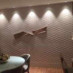 Ambiente projetado pela arquiteta @polianapinheiro na Mostra da Básica Design utilizando o revestimento 3D da coleção wall color da @ceramicaportinari: o Kirigami Algodão com acabamento de borda retificado 30x90. Possuímos pronta entrega na @agaeshowroom 😉 #ambientação #projeto #inspiração #3D #prontaentrega #ceramicaportinari #agaeshowroom #studiopolianapinheiro #arquitetura #arquilove #revestimento3d