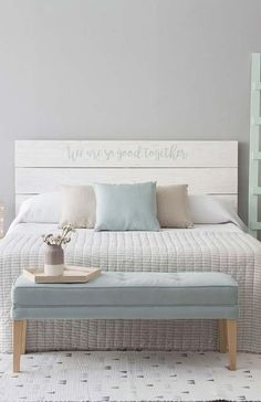 Headboard with pallets Living Furniture, Bedroom Furniture, Home Furniture, Bedroom Decor, Outdoor Furniture Plans, New Room, Vintage Furniture, Room Inspiration, Decoration