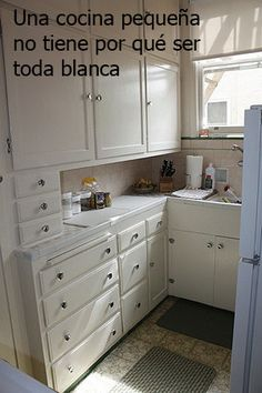 small kitchen, but storage, storage, storage Small Space Living, Small Spaces, Living Spaces, Very Small Bathroom, Studio Living, Low Cabinet, Small Shelves, Loft Spaces, Home Hacks
