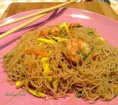 Spaghetti di riso con gamberi e verdure | Golose follie Sushi Recipes, Asian Recipes, Ethnic Recipes, Japanese Sushi, Linguine, Wok, Food Porn, Food And Drink, Dinner