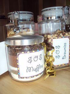Et voila! Un kit de SOS cookies, SOS brownies et SOS muffins. Mason Jar Meals, Meals In A Jar, Mason Jar Diy, Sos Recipe, Sos Cookies, Jar Gifts, Cookie Jars, Diy Food, Homemade Gifts